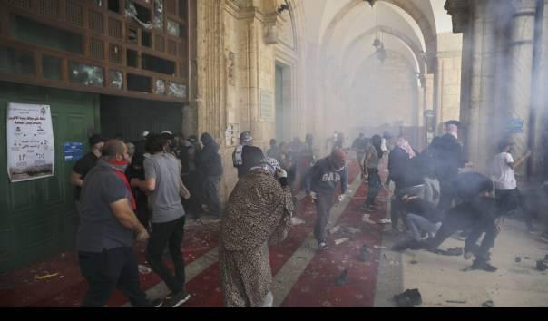 Warga Palestina di dalam Masjidil Aqsa ditembaki granat kejut dan gas air mata hingga ke dalam masjid, 10 Mei 2021 (Sumber: AP Photo/Mahmoud Illean)