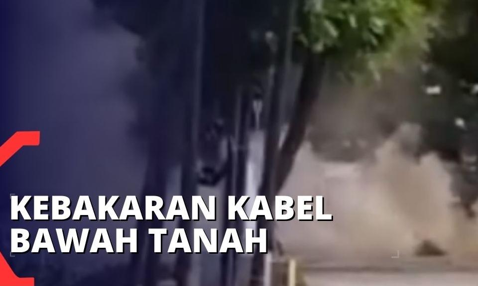 asap-mengepul-akibat-kebakaran-kabel-bawah-tanah-di-depan-masjid-istiq