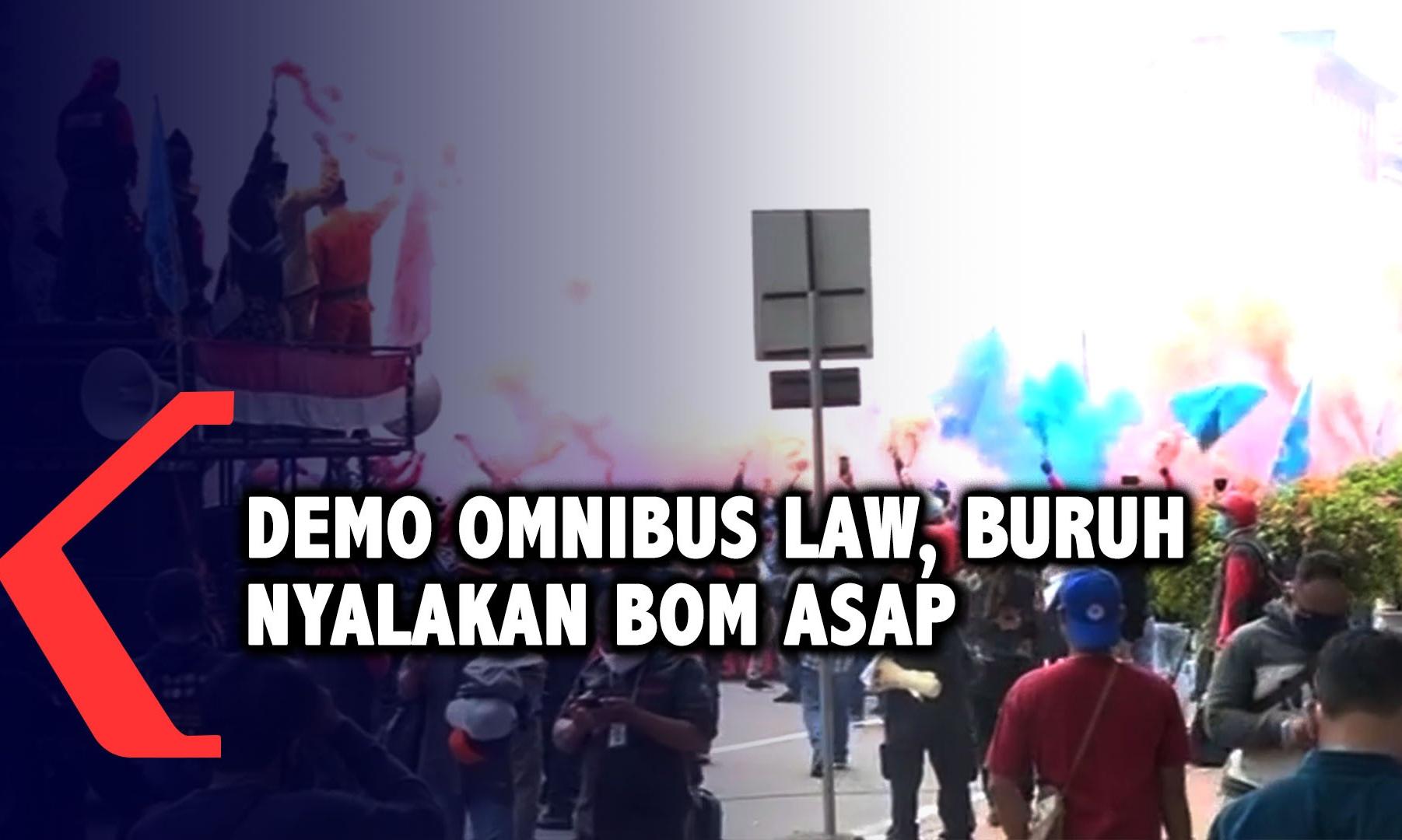 buruh-nyalakan-bom-asap-demo-omnibus-law-di-kawasan-patung-kuda